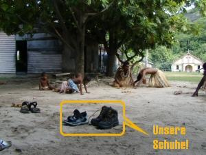 Unsere Schuhe in Fiji-Dorf