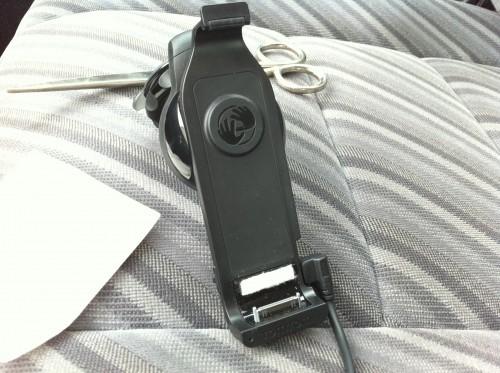 Das TomTom Car Kit mit aufgeklebtem Abstandshalter für das iPhone 4