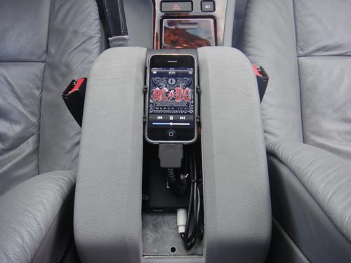 Dension Gateway 300 mit iPhone 3GS in der Mittelkonsole