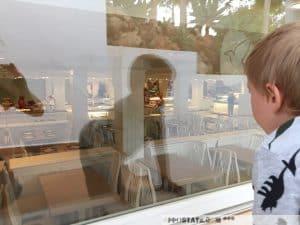 Nervöses Warten bis endlich das Restaurant öffnet.