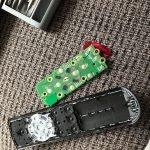 Fernbedienung vom FireTV-Stick zur Reinigung / Reparatur öffnen (Alexa-Fernbedienung)