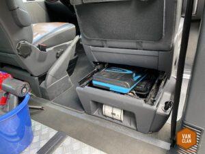 Stauraumerweiterung im VW Multivan T5: Werkzeug unter dem Beifahrersitz